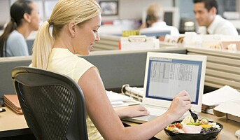 Kvinner trøstespiser på jobben