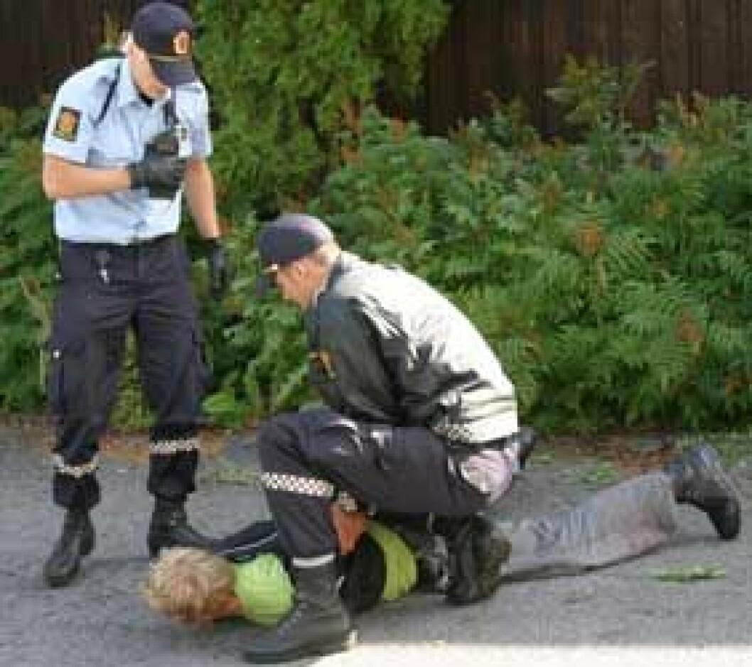 57 prosent av polititjenestemennene hadde vært utsatt for vold de siste 12 månedene i 2003. (Illustrasjonsfoto: Jan Tveita)
