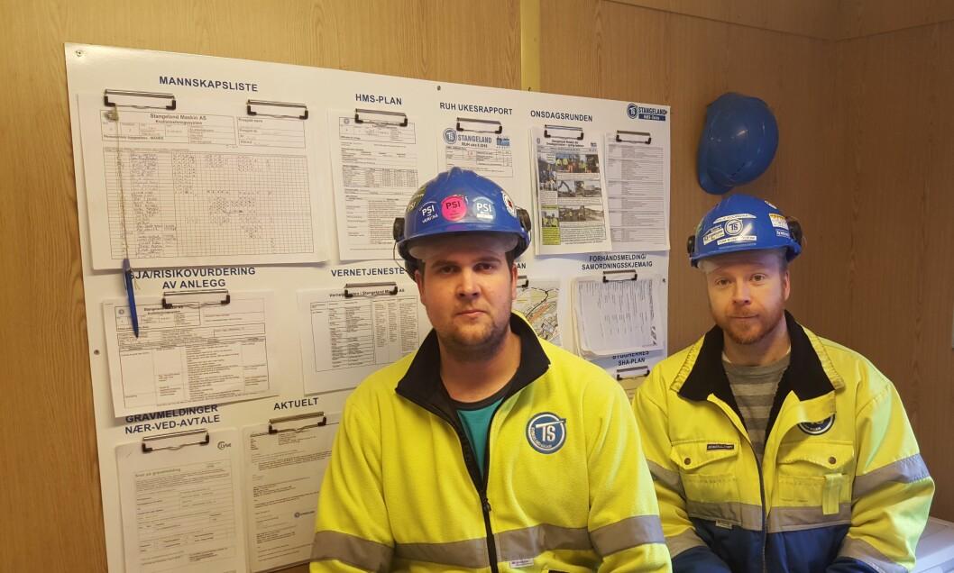 Senior HMS-K Koordinator Tom Rune Utheim (t. h.) og driftsleder Kristian Nord-Varhaug i Stangeland Maskin har stor nytte av HMS-tavler i bedriften. (Foto: Stangeland Maskin)