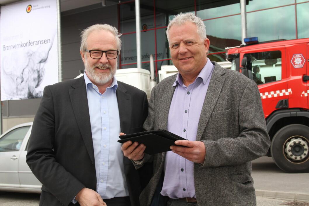 Det nye brannopplæringsprogrammet ble presentert under Brannvernkonferansen på Gardermoen tidligere i år. T. v. Thor Martin Bjerke, Virke og Terje Lillehauge, Nodus. (Foto: Jan Tveita)