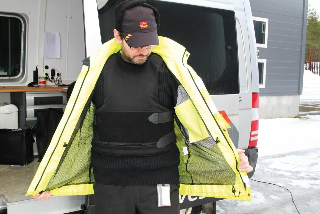 Henning Bothner i Statens vegvesen, region øst, tok i bruk sikkerhetsvesten allerede før påbudet kom i oktober 2014. (Foto: Jan Tveita)