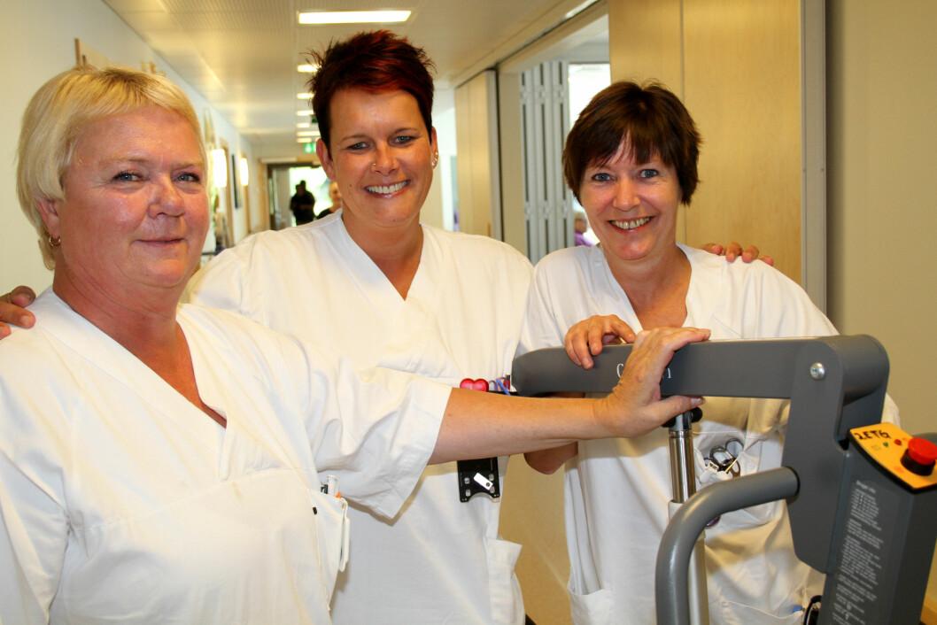 – Sykefravær har mye med trivsel på jobben å gjøre, mener hjelpepleierne (f. v.) Oddveig Heggen, Bente Bekkelien og Anne Mette Iversen ved Lillehammer Helsehus. (Foto: Jan Tveita).