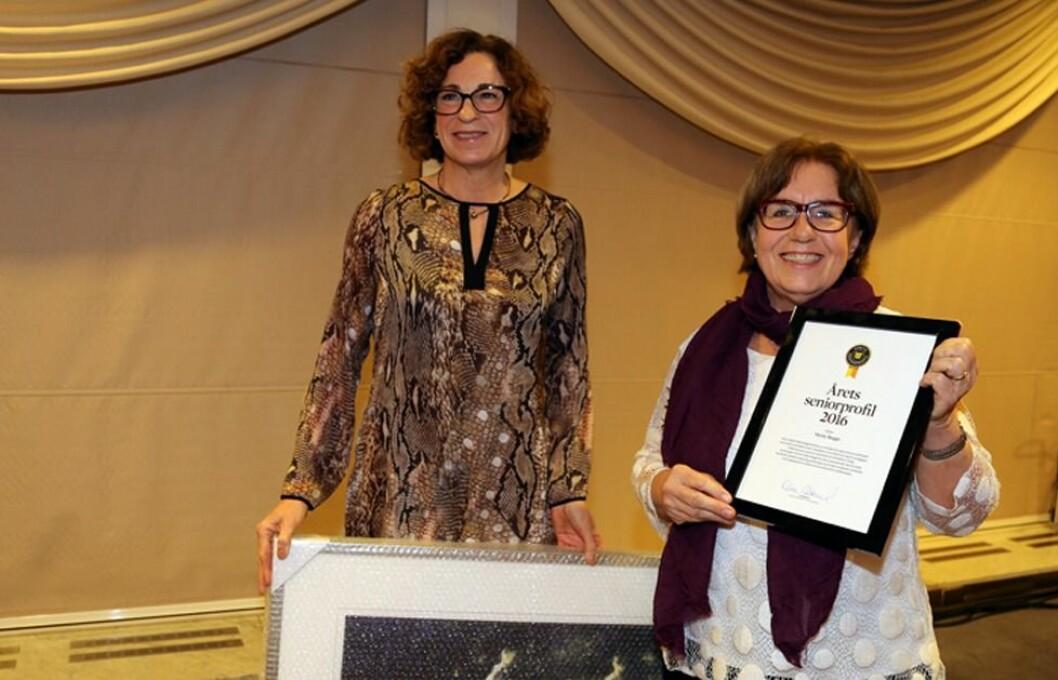 Statssekretær i ASD, Christel Kvam (H) overrakte prisen til en strålende fornøyd Mette Bugge. (Foto: Tora Herud)