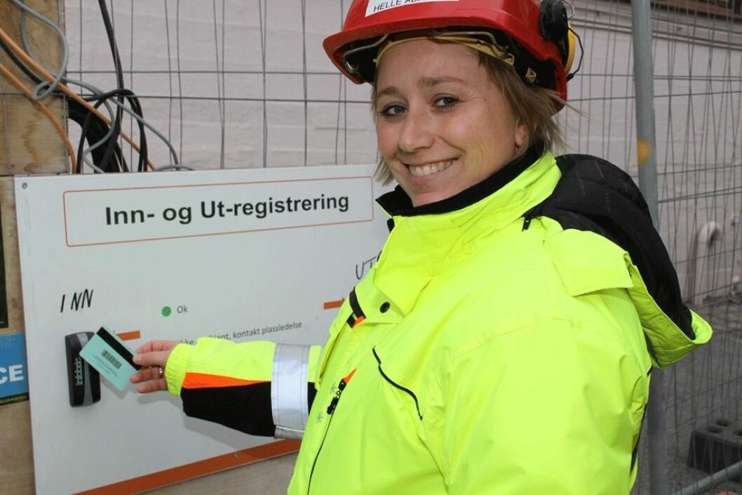 Helle Aadalen i Selvaagbygg i Oslo viser her hvordan hun sjekker seg inn og ut med det lovpålagte HMS-kortet på kortleser. (Foto: Jan Tveita)