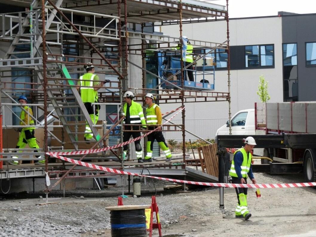 Mange utenlandske byggarbeidere behersker ikke norsk. Dette kan være farlig for sikkerheten på arbeidsplassen. (Foto: Jan Tveita)