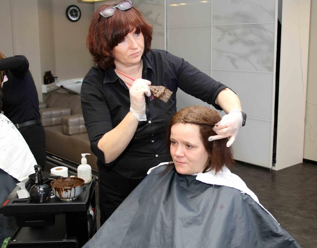 Zåbra Grønn Frisør på Notodden tilbyr kundene sine hårfarging uten bruk av skadelige kjemikalier. (Foto: Jan Tveita)