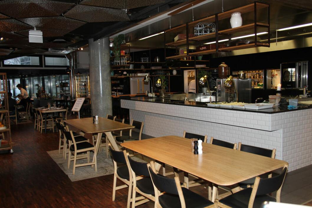 På restauranter kan det ofte være store lysforskjeller mellom kjøkken og serveringslokaler. (Foto: Jan Tveita)