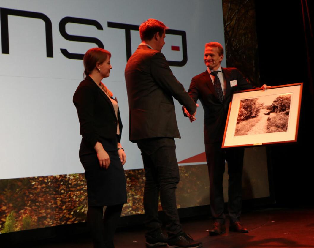 Consto Anlegg Øst mottar Statnetts sikkerpris. Fra v. HMS-ansvarlig Emilie Ilstad i Consto, daglig leder Morten Karlsen i Consto og konserndirektør i Statnett, Håkon Borgen. (Foto: Statnett)