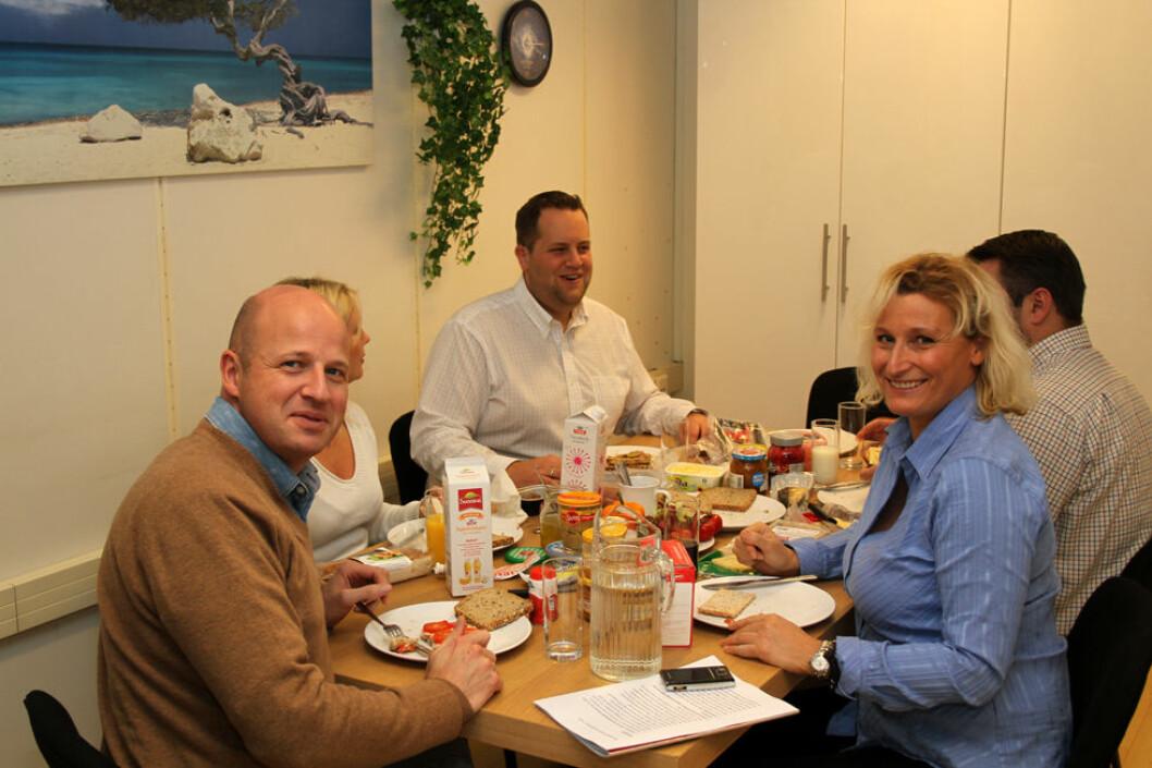 Lunsj og latter er en god kombinasjon. Her hos revisjonsselskapet K-Team på Kolsås i Bærum. (Foto: Jan Tveita)