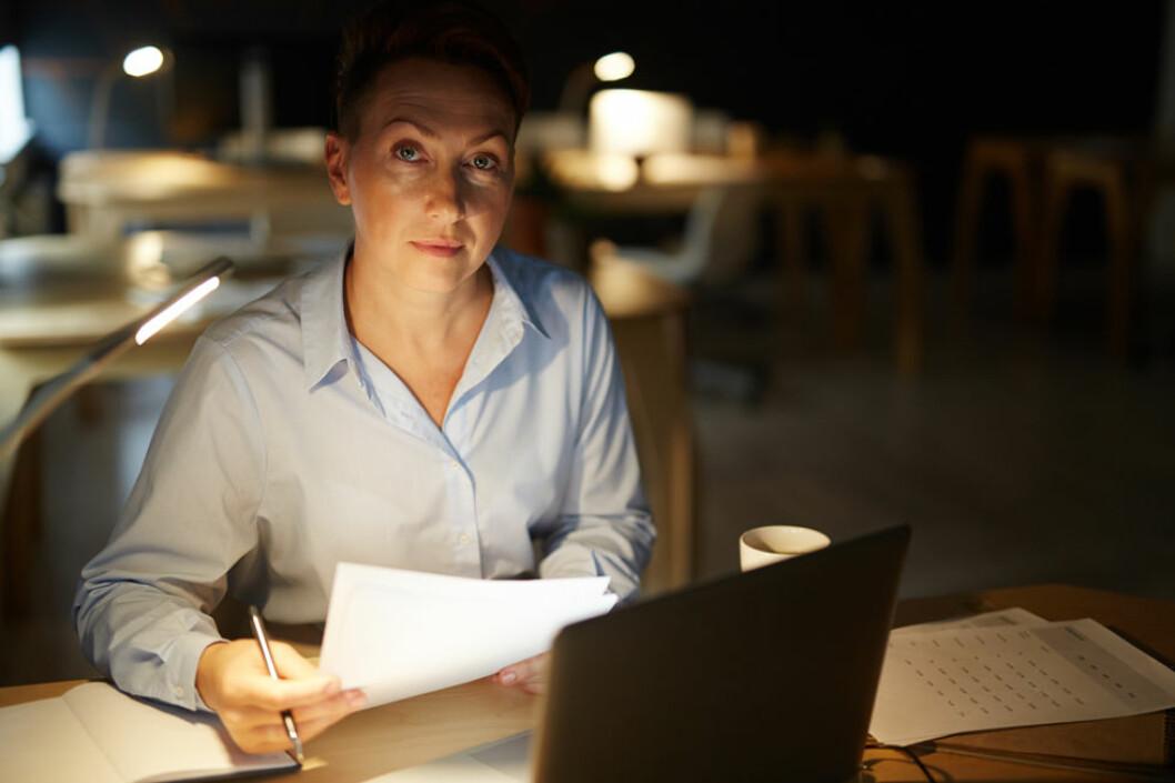 Forskere ved Universitetet i Bergen skal forsøke å finne ut av om smart belysning kan gjøre det lettere å tilpasse seg nattarbeid (Illustrasjonsfoto: Colourbox.com)