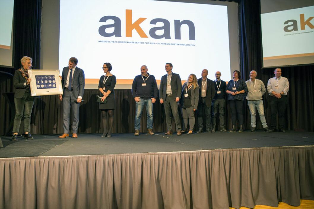 Adm. direktør Eirik Lie i Kongsberg Defence and Aerospace (KDA) mottar Akan-prisen 2017 av Peggy Hessen Følsvik, nestleder i LO. (Foto: Akan)