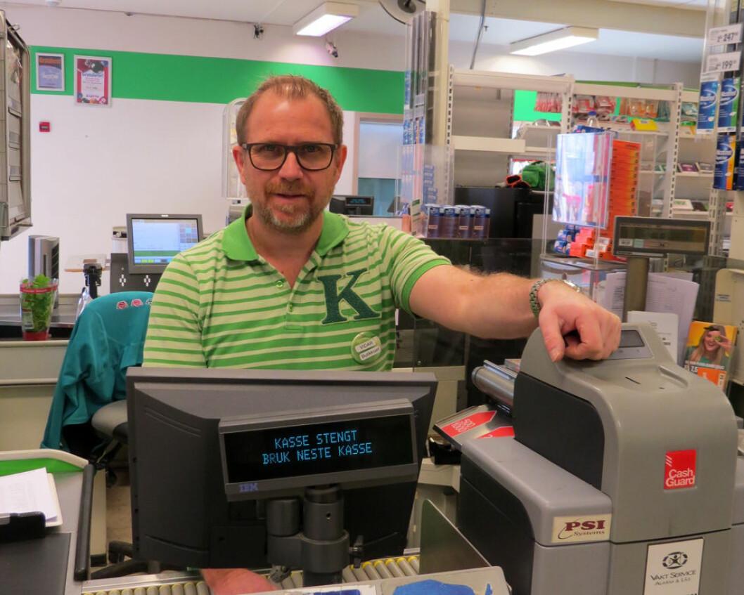 Butikksjef Bjørn Vidar Godnes Iversen i Kiwi Kongsvinger kan tilby ifølge Arbeidstilsynet tilby sine medarbeidere gratis synsundersøkelse og databriller. (Foto: Jan Tveita)
