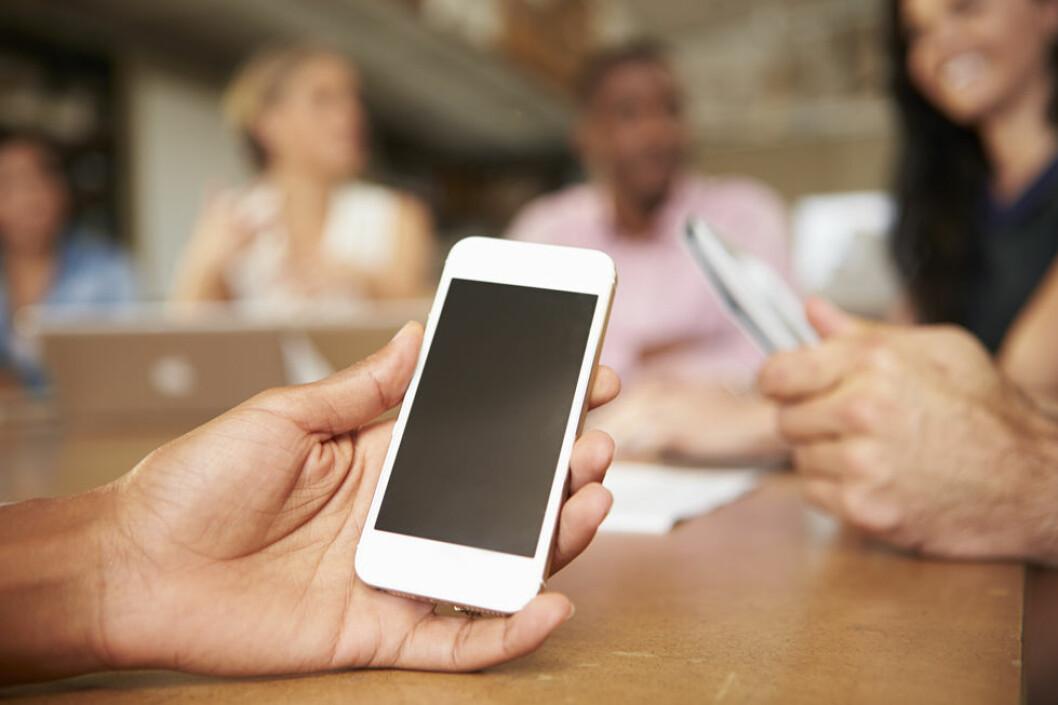 Bør vi legge vekk mobilen på møter? (Illustrasjonsfoto: Colourbox.com)