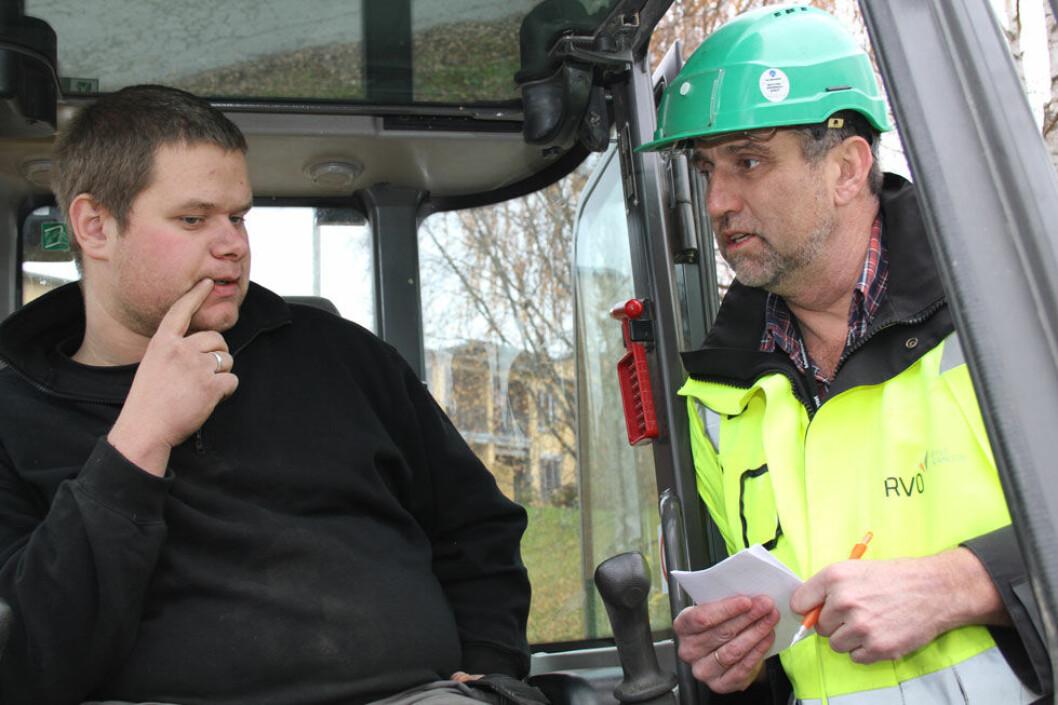 Regionalt verneombud for bygg og anlegg i arbeid. Geir-Kåre Wollum i samtale med maskinfører Thomas Kjensmo fra Team Huddig. (Foto: Jan Tveita)