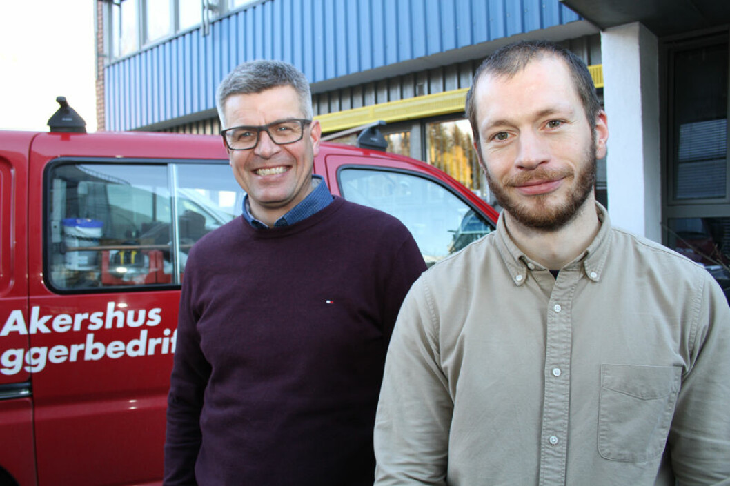 – Mister du jobben, mister du alt, sier (t. v.) Lars Myhre. Til høyre HMS-ansvarlig Jo Abildgaard. (Foto: Jan Tveita)
