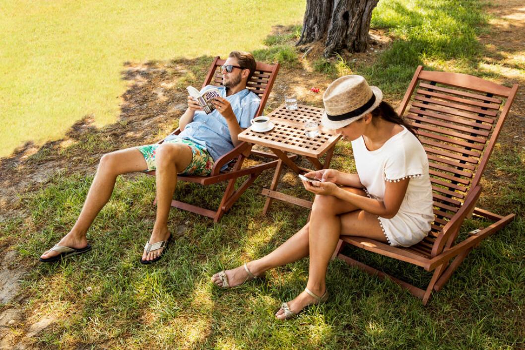 Flertallet av oss sjekker jobbmailen på ferie. (Foto: Ving)