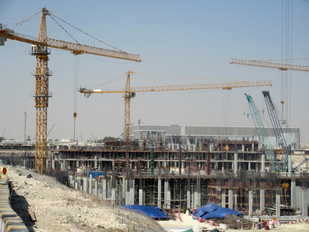 I Qatar bygges nye idrettsanlegg til bruk under fotball-VM i 2022. Bygningsarbeiderne arbeider i ekstremvarme, og arbeidene stanses først når temperaturen når 54 plussgrader. (Foto: Harry J. T. Eide)