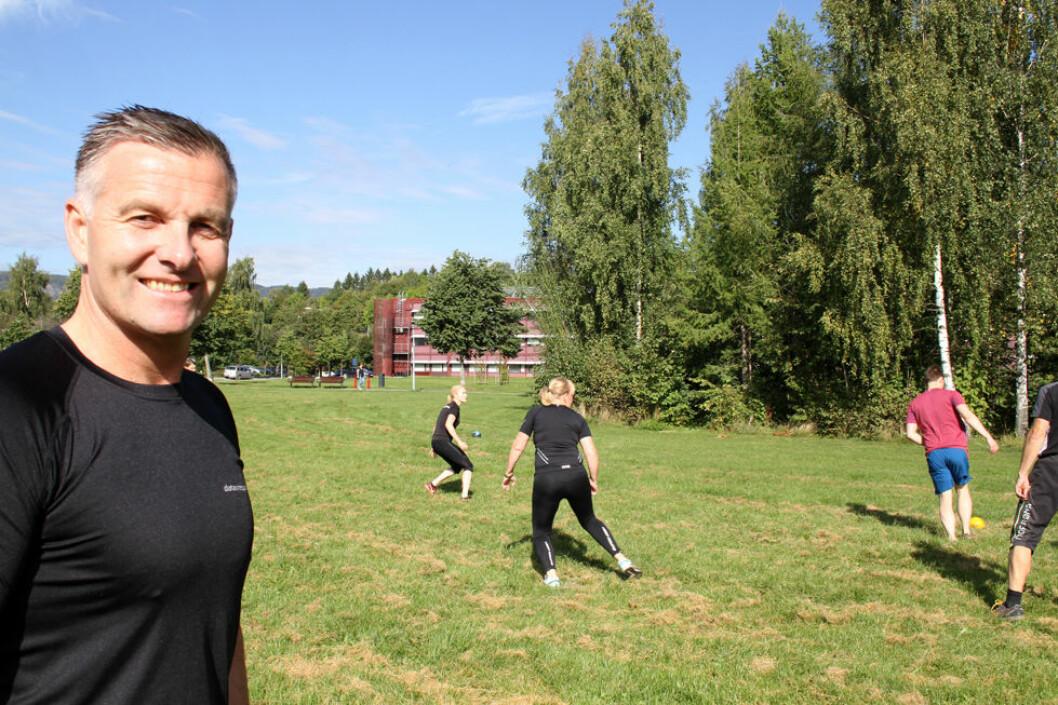 Adm. direktør Kenneth Ragnvaldsen i Data Respons på Høvik i Bærum trener sammen med sine ansatte i arbeidstiden. (Foto: Jan Tveita)