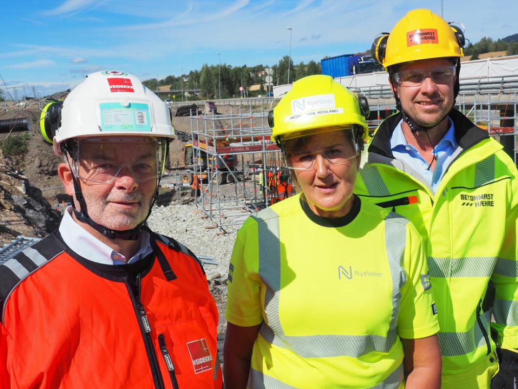 Arne Giske (konserndirektør Veidekke), Ingrid Dahl Hovland (administrerende direktør Nye Veier) og Jørgen Evensen (konsernsjef BetonmastHæhre). (Foto: Nye Veier)