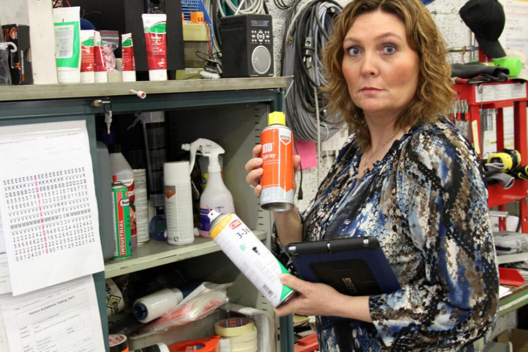 Hvert år blir en stor andel av norske arbeidstakere utsatt for kjemikalier. Nina Borgen Bøe, HMS-ansvarlig og KS-koordinator i Euroskilt har god kontroll over stoffene bedriften benytter i produksjonen. (Foto: Jan Tveita)