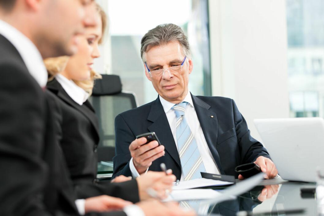 Å sjekke mobilen er en døssynd på møter. (Illustrasjonsfoto: Colourbox.com)