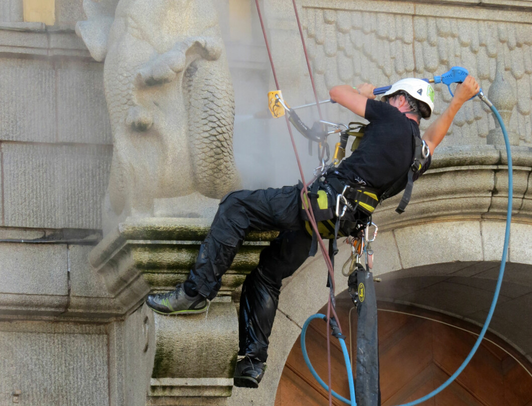 Under arbeid i høyden er det spesielt viktig med fallsikringsutstyr. (Foto: Jan Tveita)