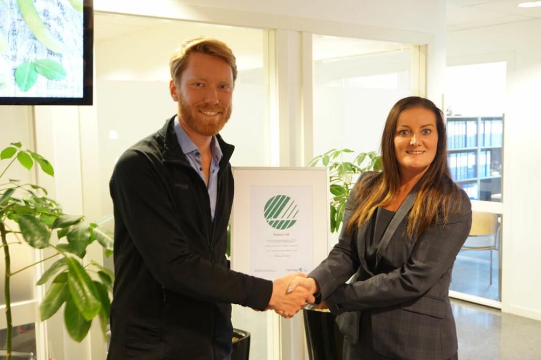 Her får Wenche Holm i Sodexo overrakt diplomet fra Bjørn Olav Aarø Strandli i Miljømerking Norge. (Foto: Alexandra Enger)