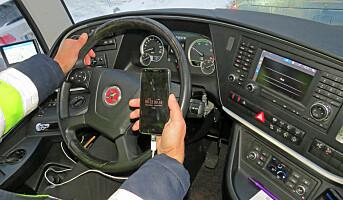 Bruker mobilen bak bussrattet