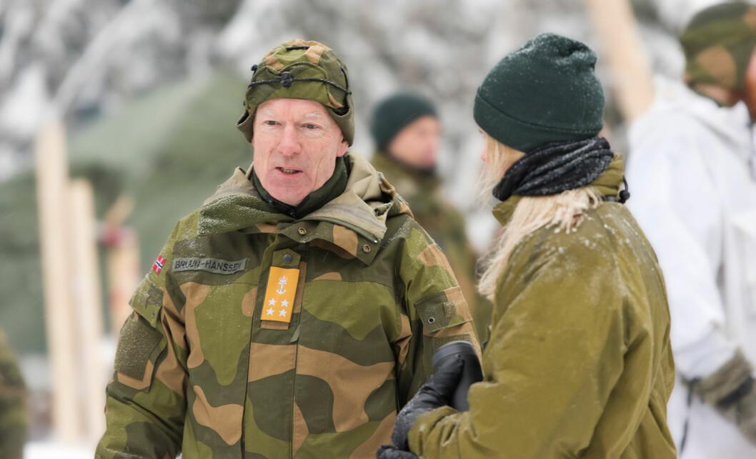 Forsvarssjef Haakon Bruun-Hanssen mener ansatte og vernepliktige i Forsvaret må skjerpe seg. En fersk undersøkelse viser flere grove tilfeller av trakassering. FOTO: ERICA STØYLEN (FORSVARET)