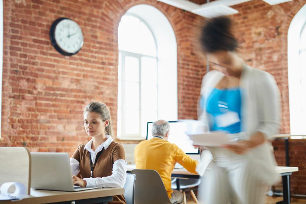 En gjennomgang av 26 forskningsrapporter knyttet til åpent kontorlandskap gir et ganske entydig bilde. Her ligger det an til problemer. (Foto: Colourbox)