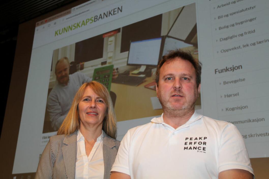 June Stensbøl og Anders Huse ved NAV Hjelpemiddelsentral i Hedmark anbefaler nettstedet Kunnskapsbanken for å finne gode og faglige råd dersom du sliter med en funksjonshemning i arbeidslivet. (Foto: Jan Tveita)