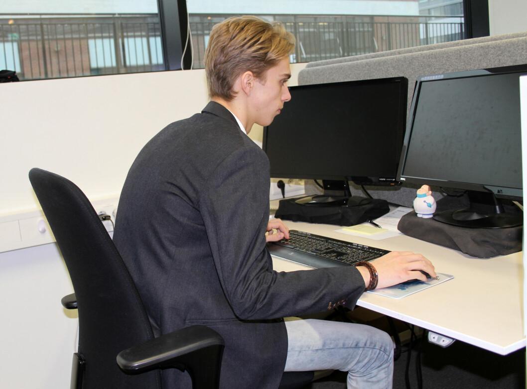 Både arbeidsgiver og arbeidstaker har ansvaret for altfor mye stillesitting på jobben. (Illustrasjonsfoto: Jan Tveita)