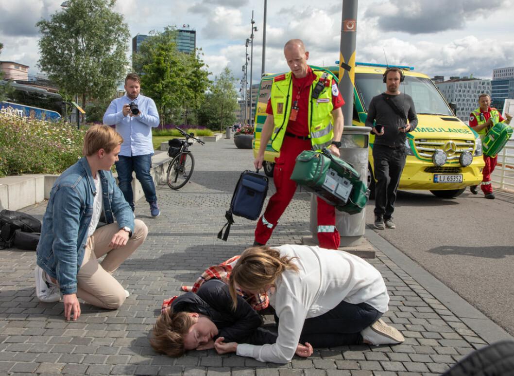 Førestehjelp i påvente av ambulansepersonell. (Foto Thomas Brun / NTB Scanpix)