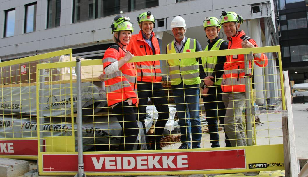 På Veidekkes byggeplass Harbitz torg på Skøyen. Fra venstre: Marianne Wille Haugen, Hans Olav Sørlie, Jon Sandnes, Fehrat Turan og Øyvind Larsen. (Foto: Siri Stang/NTB Info)