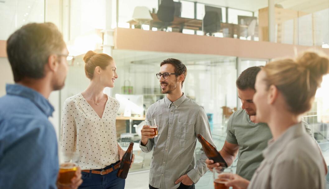 Stadig flere unge arbeidstakere blir borte fra jobben som følge av alkoholbruk, viser en fersk undersøkelse fra Vinmonopolet. Akan kompetansesenter er bekymret. (Foto: NTB Info)