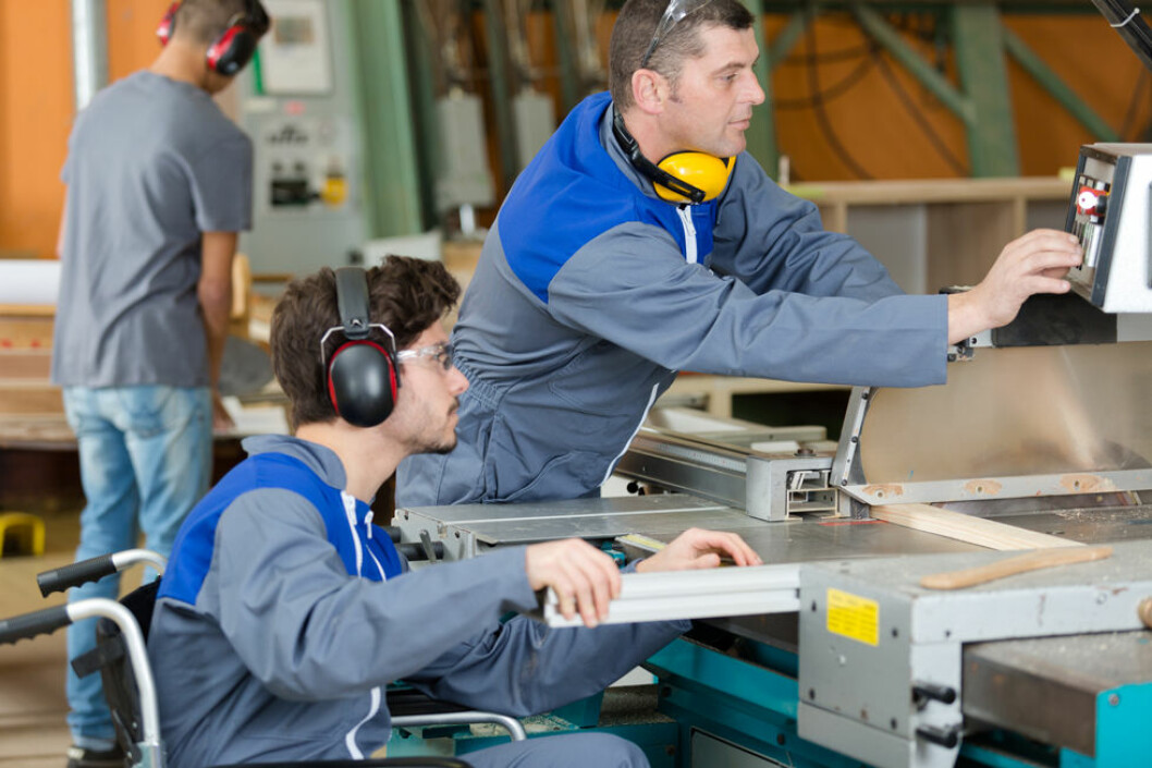 Personer med fysiske funksjonsnedsettelser har ofte behov for praktisk tilrettelegging og oppfølging i arbeidssituasjonen. (Illustrasjonsfoto: Colourbox.com)