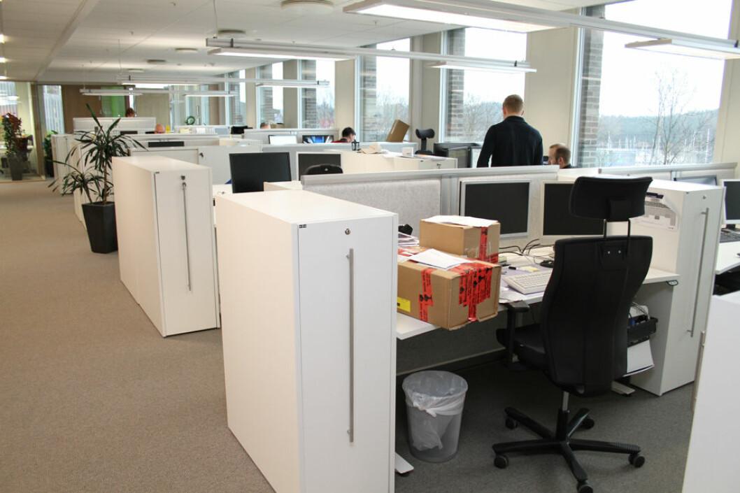 I den lyse årstiden får vi mye hjelp av dagslyset på kontoret. (Illustrasjonsfoto: Jan Tveita)