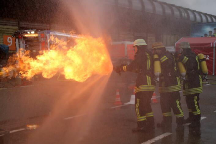 Brannslokking utendørs. (Foto: Jan Tveita)