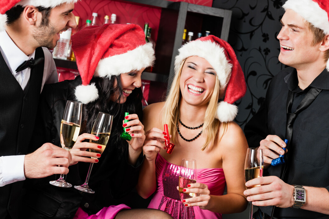 Mens de fleste av oss synes julebordet er en hyggelig og morsom happening, er det for andre en krevende opplevelse. Faktisk er den så krevende at over 300.000 arbeidstakere velger å stå over julebord på grunn av overdreven alkoholbruk. (Foto: Akan Kompetansesenter/NTB Kommunikasjon)