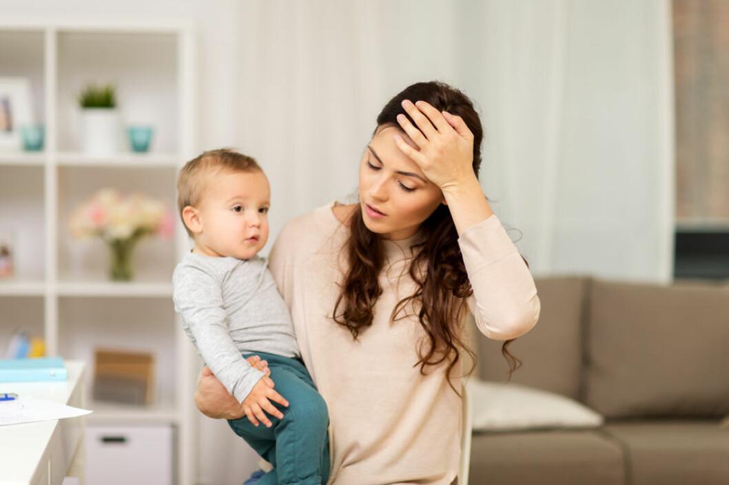 Nye undersøkelser viser at kvinners gjennomsnittlige årlige sykefravær ligger på 16 dager, mot menns åtte dager. Graviditet og barn trekkes fram som en av årsakene, men dette forklarer ikke alt. (Illustrasjonsfoto: Colourbox.com)