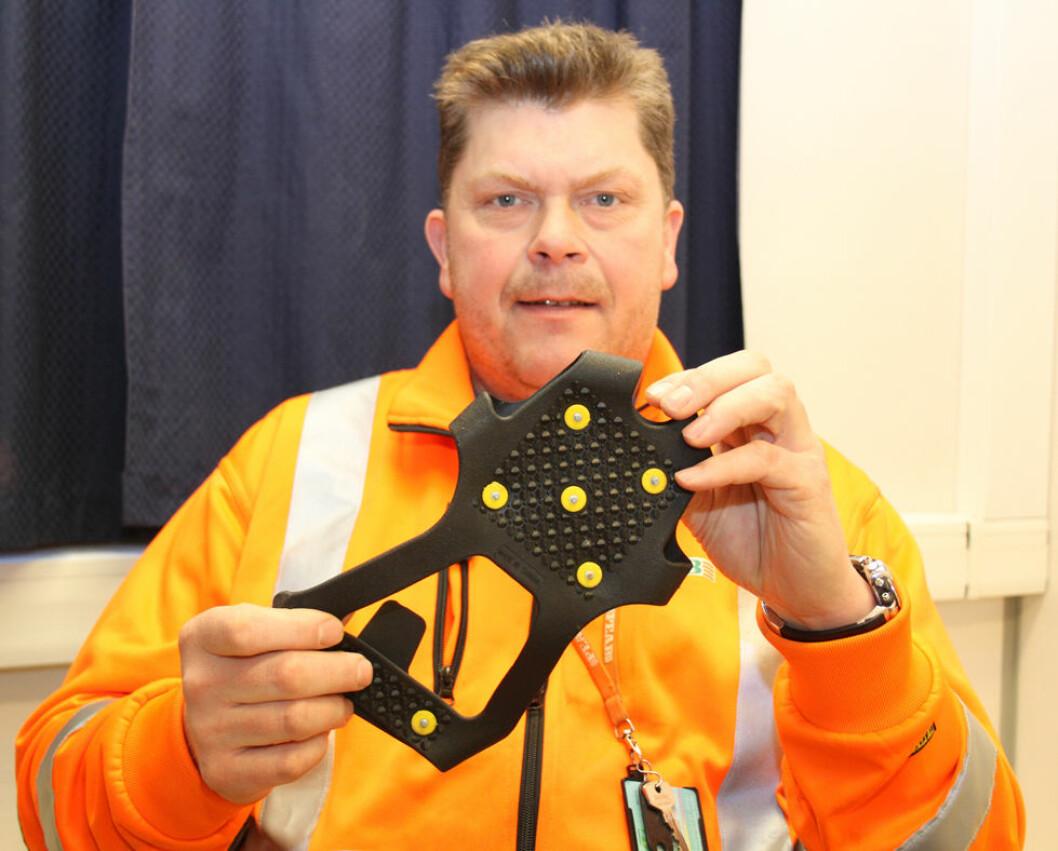 Vegard Remfeldt i Peab med et enkelt og effektivt verktøy mot skliulykker: Isbrodder. (Foto: Jan Tveita)