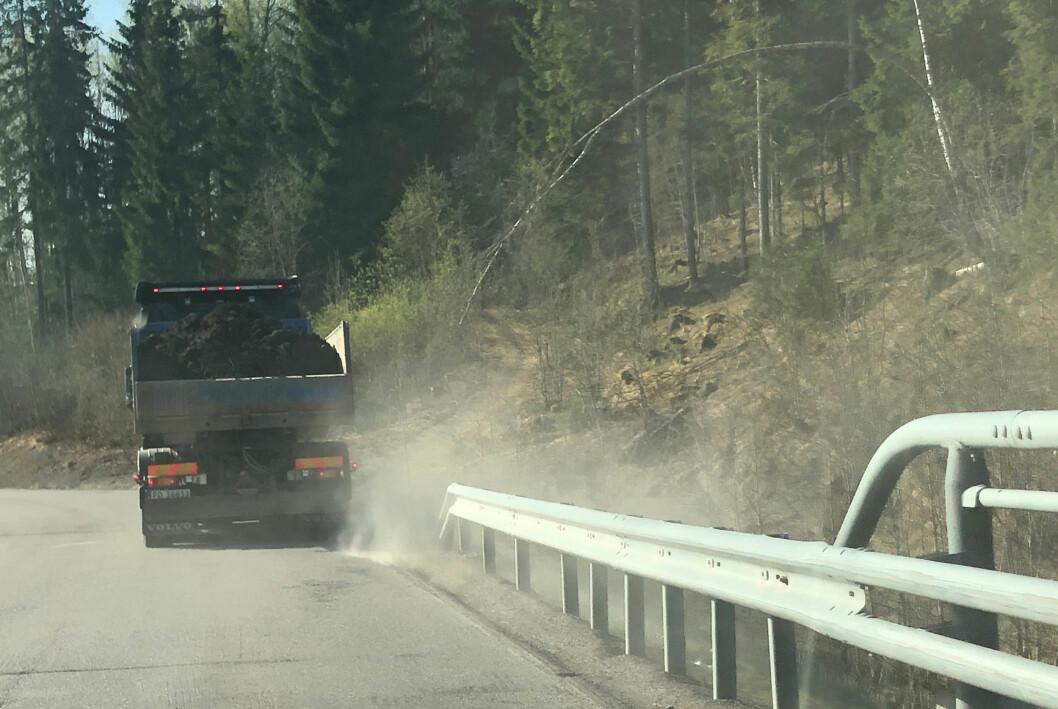 De bare og tørre veiene i januar har ført til at veistøv frigjøres og virvles opp av forbipasserende biler. Vi har mye høyere svevestøv-verdier enn normalt, viser ferske målinger fra NILU. (Illustrasjonsfoto: NILU)