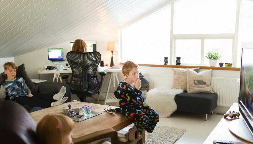 Et typisk hverdagsbilde fra koronatider i hjemmet. Hjemmekontoret er pålogget med flere brukere, og risikoen for å få et virus inn gjennom bredbåndet er blitt vesentlig større med økt aktivitet.