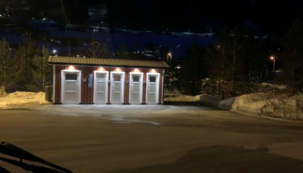 Haukelitunet ved E134 er bare ett av flere steder som er permanent stengt eller har automatisk nattstenging. Dette toalettet stenges med automatisk lås kl. 22:00. (Foto: Petter Røed.)
