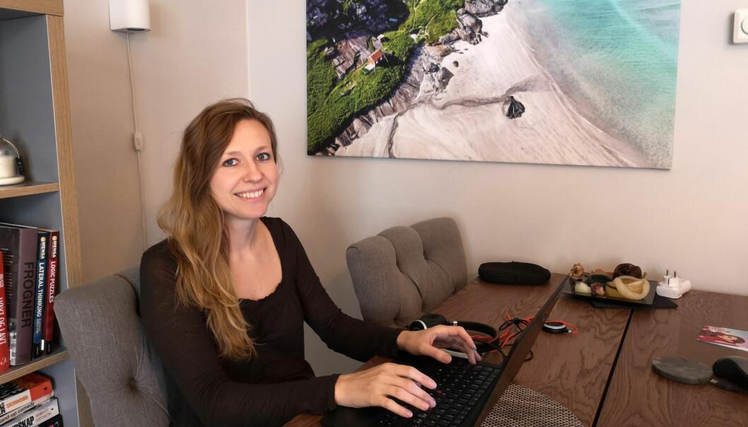 Det er viktig for oss å ta temperaturen i organisasjonen fortløpende, og hvem bedre til å fortelle oss hvordan hjemmekontor faktisk fungerer enn de ansatte selv, sier Victoria Bodak, HR-direktør i Rambøll Norge. Her fra sitt eget hjemmekontor.