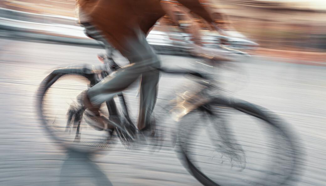 Flere kvinner sykler på jobb.