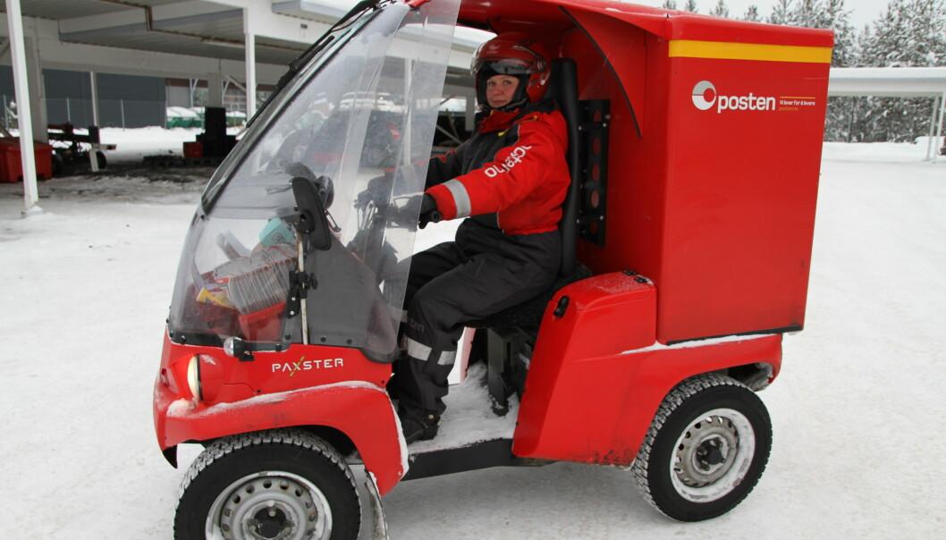Sommer som vinter bringer Gunn-Elin Nikolaisen ved Posten i Elverum ut brev og småpakker på sin Paxster – en elektrisk moped med fire hjul og tak.