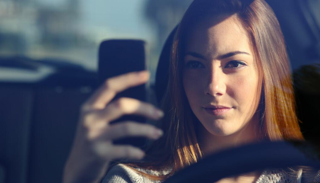 Det er tillatt å bruke mobiltelefonen bak rattet når du står i kø.
