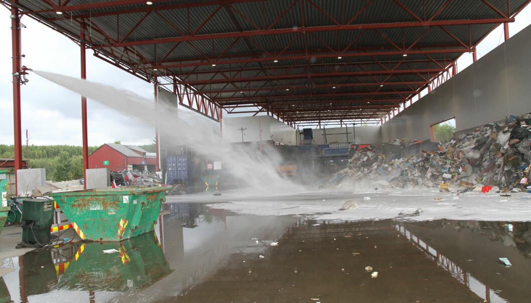 Etter en storbrann på avfallsanlegget til Ragn-Sells AS på Furnes i 2018 investerte gjenvinningsselskapet blant annet i automatiske slokkeroboter. Nå skal det ikke brenne mer på avfallsanlegget.
