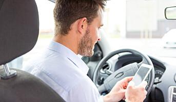 Høyesterett har sagt sitt: Mobiltitting ved rødt lys er ulovlig